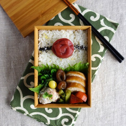 Simmered chicken and carrot bento・鶏の醤油煮弁当