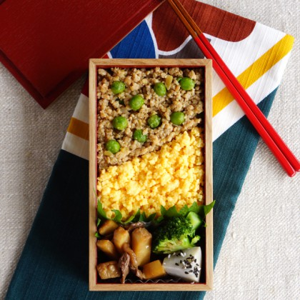 Soboro, minced chicken and egg on brown rice bento・そぼろ弁当
