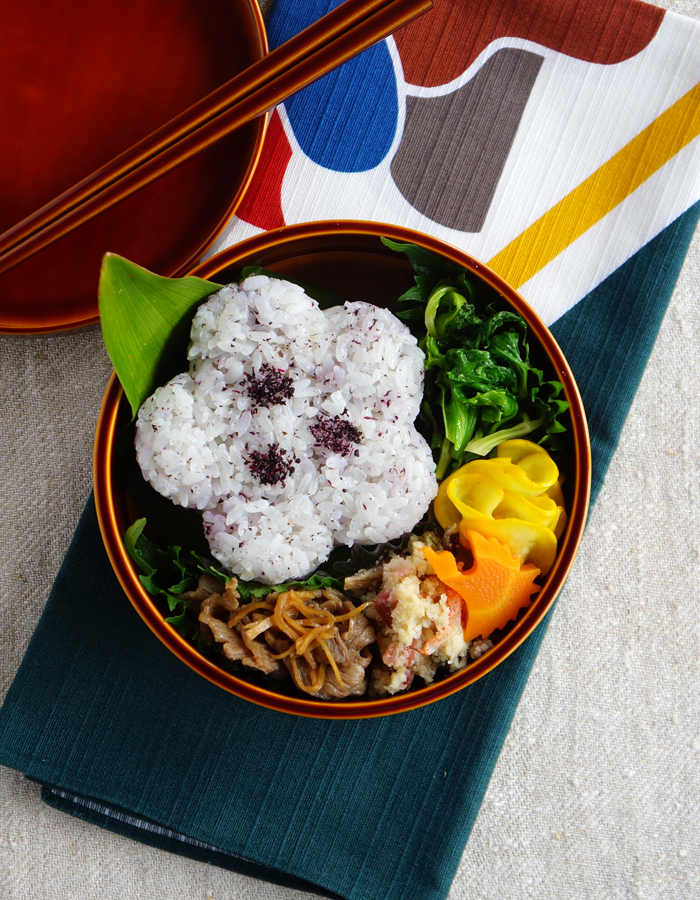 Flower-shaped rice balls bento/花形おにぎり弁当