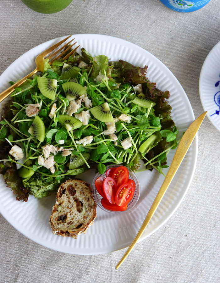 tuna green sprouts salad with kiwi