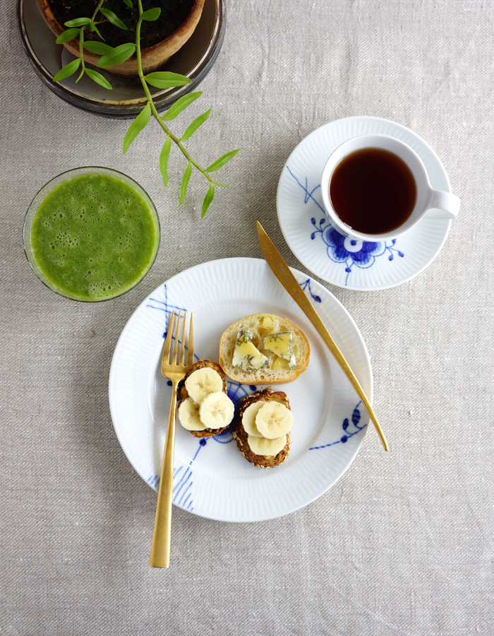 Banana & peanut butter, gorgonzola & honey open faced sandwiches, green smoothie and a cup of tea.