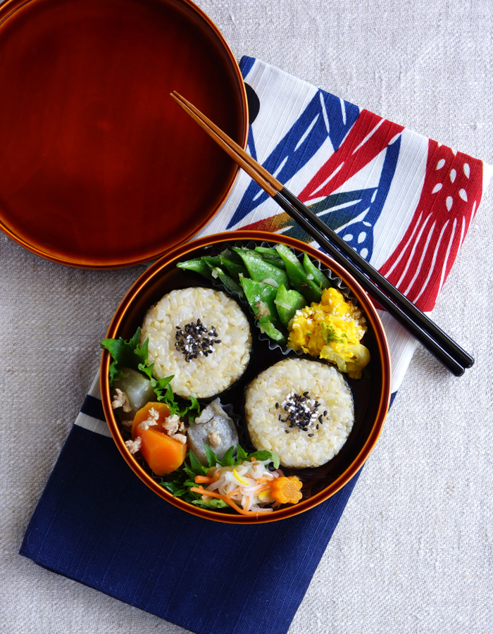 Brown rice balls topped with goma-sio