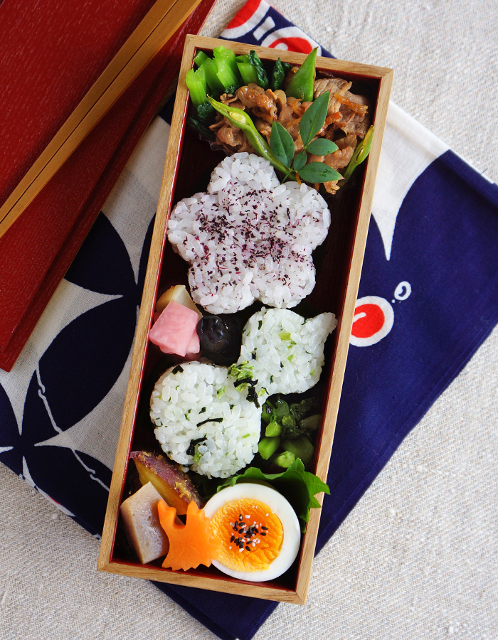 Flower and gourd shaped rice balls bento/おにぎり弁当