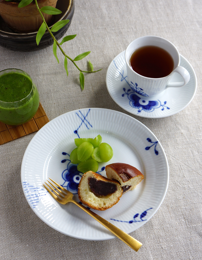 My fave anpan bread, green smoothie and a cup of tea