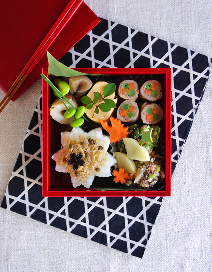 Sakura-shaped rice ball bento/桜型のおにぎり弁当: