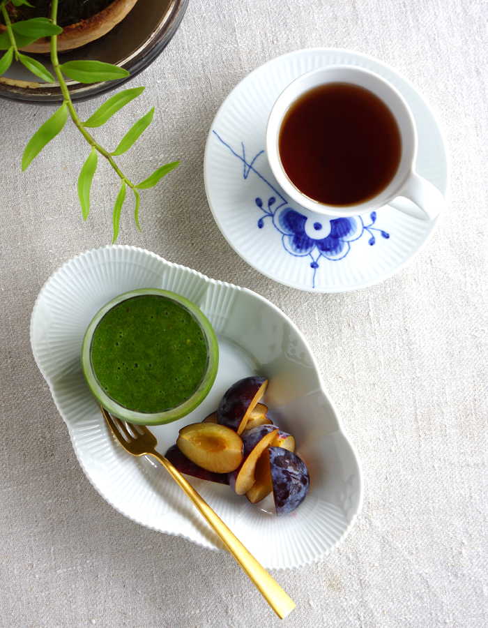 Green smoothie, fresh prunes and a cup of tea